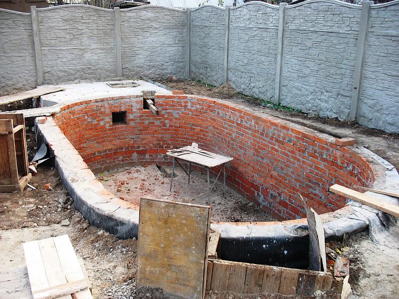 Основные строительные работы по возведению ванны бассейна закончены