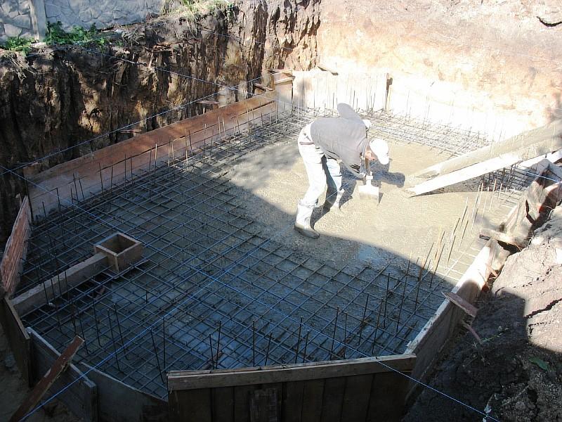 Уложена арамтура, бетонируем фундаментную плиту