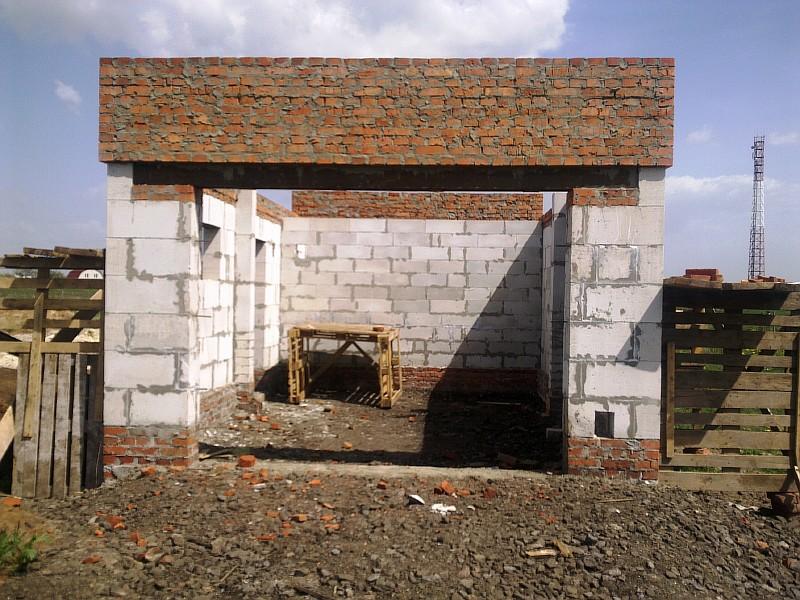 Стены гаража возведены
