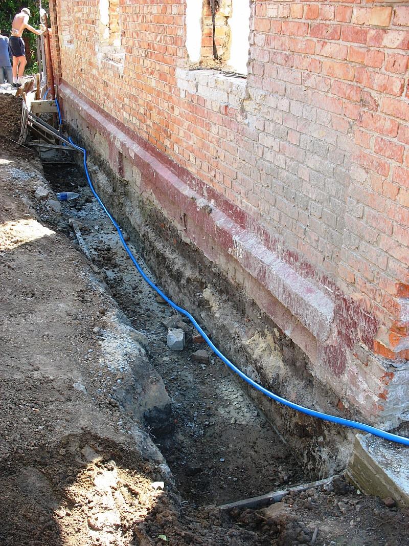 Фото 8 Общий вид усиленного фундамента наружной продольной несущей стены дома. Можно выполнять обратную засыпку траншеи.