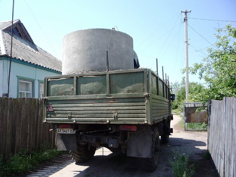 Фото 1 Железобетонные кольца доставлены к месту монтажа