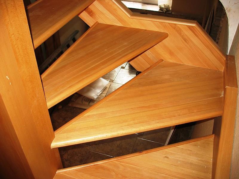 Фото 5 Забежные ступени деревянной лестницы