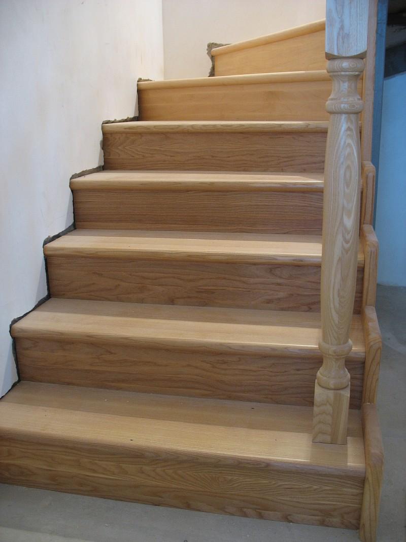 Фото 1 Нижний марш деревянной лестницы между первым этажом и переходной площадкой