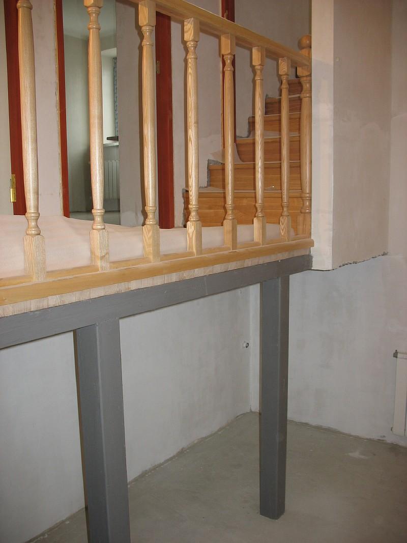 Фото 9 Опорные конструкции переходной лестничной площадки будут скрыты декоративными фасадами из ясеня шкафа под лестницей