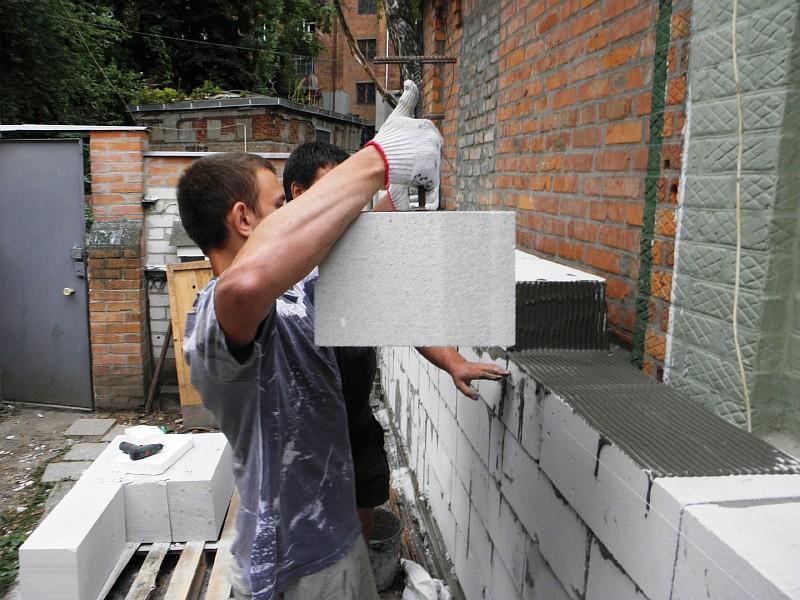 Подача газобетонного блока непосредственно к месту установки