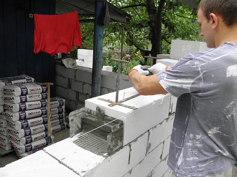 Раскручиваем шурупы с держателя и убираем лоток для следующего блока