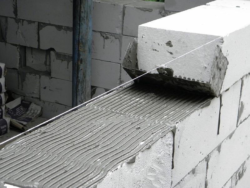 Наносим клей на вертикальную поверхность газобетонного блока