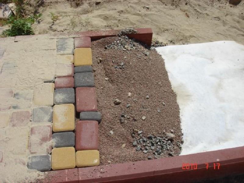 Фото 2. Грунт под тротуаром не проседает если уложить полотно геотекстиля