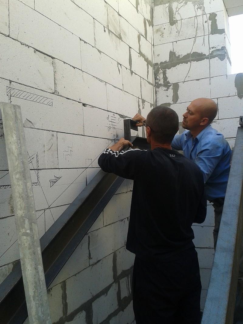 Фото 3. Производитель работ (на фото слева) проверяет с исполнителем разметку ступеней лестничного марша