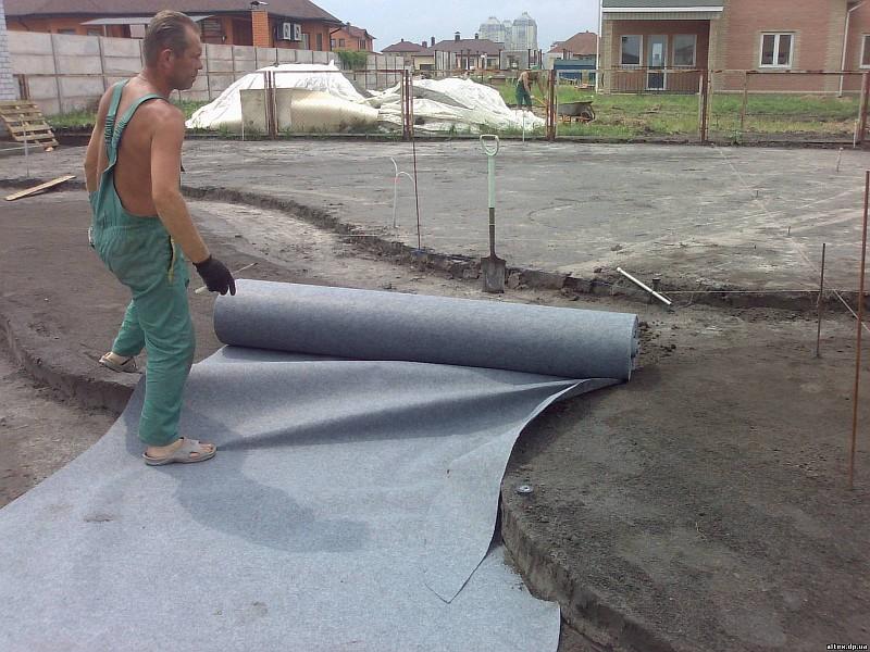 Фото 6. Применение геотекстиля перед укладкой газона