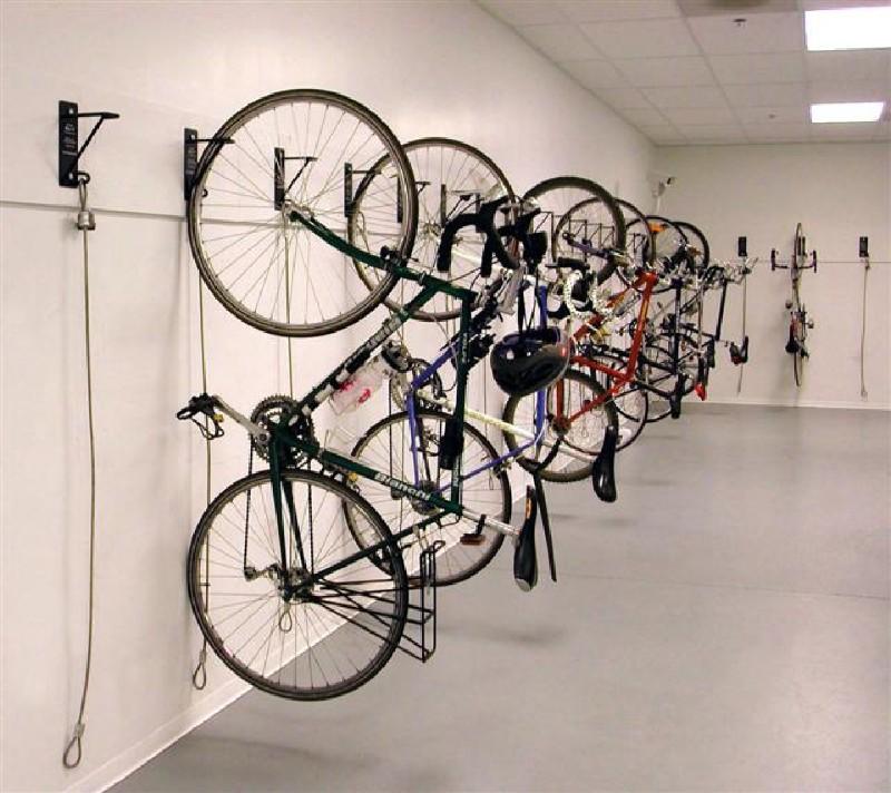 Фото 1. Велопарковка на стене