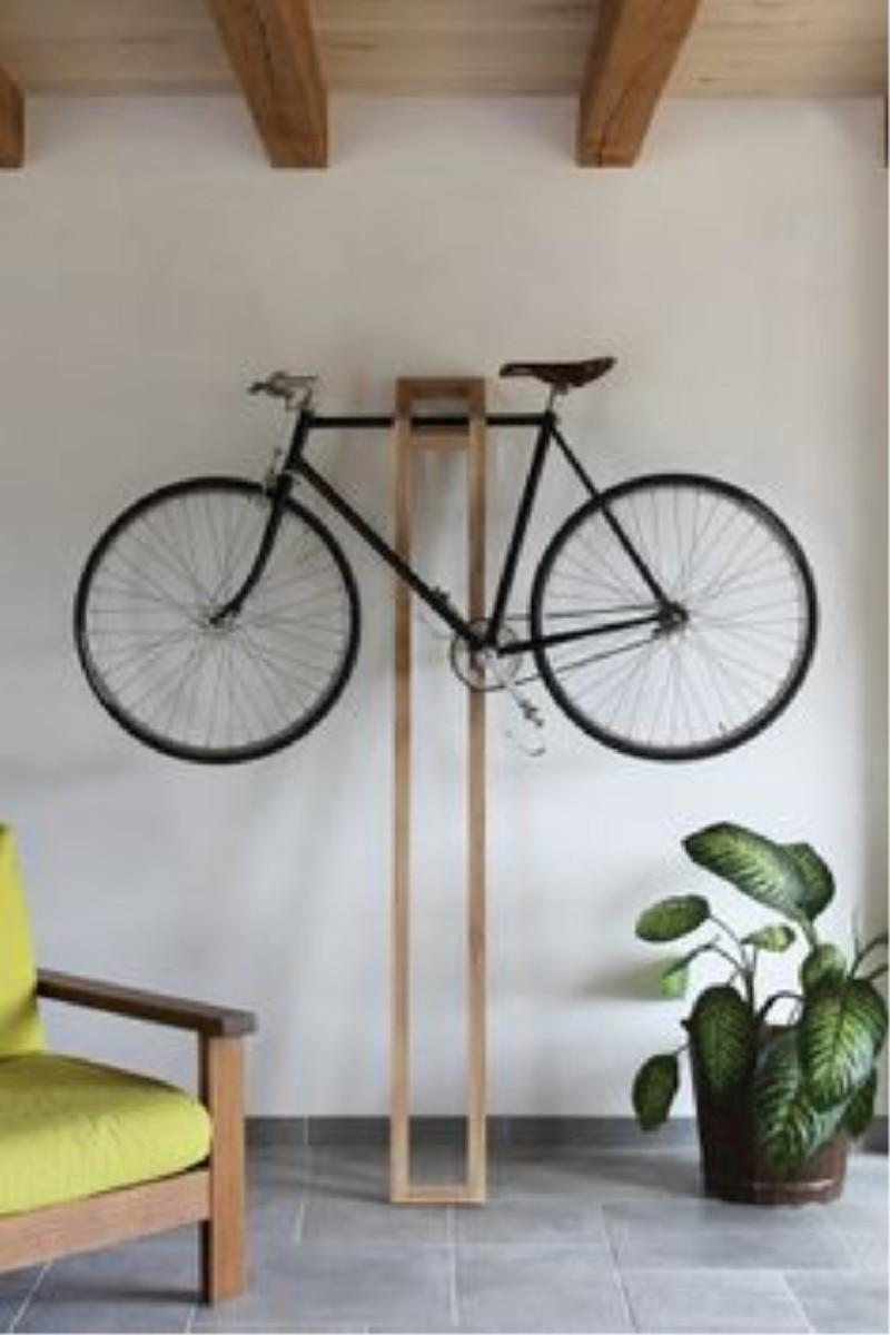 Фото 12. Деревянная наклонная подставка для велосипеда