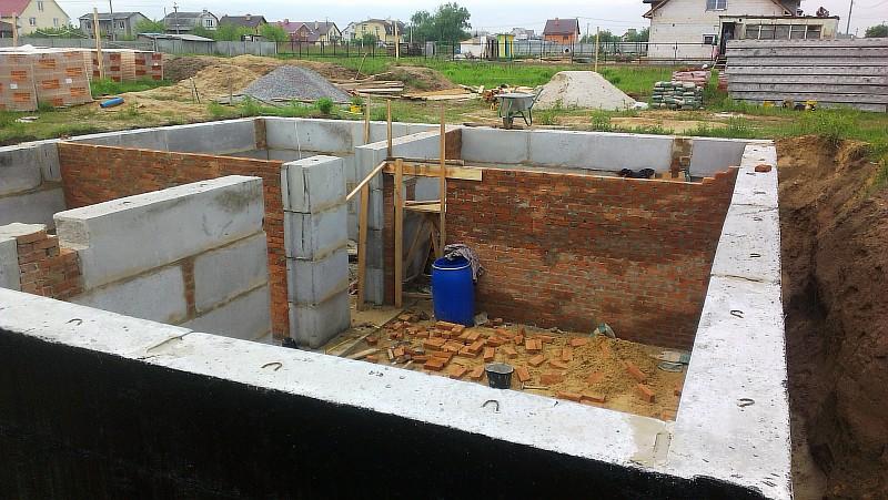 Фото 3 Закончен ленточный фундамент и смонтированы фундаментные блоки стен подвала
