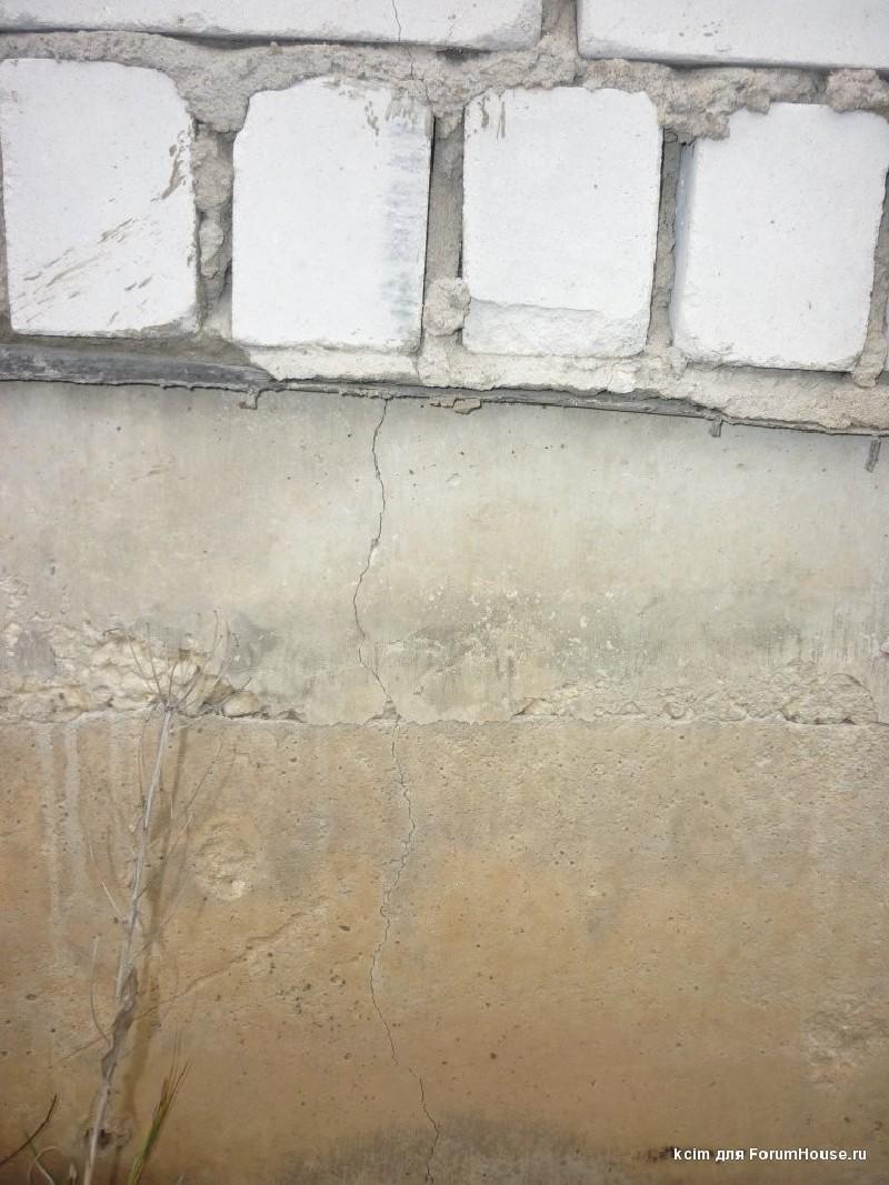 Фото 3. Трещины в уровне цоколя жилого дома