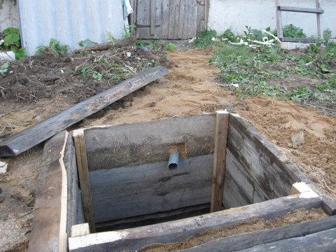 Выгребная яма выполненная из деревянных досок и бруса