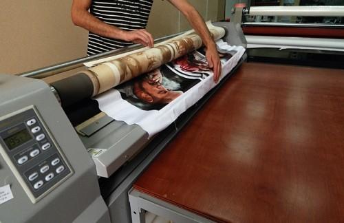 Печать фото на полотне натяжного потолка