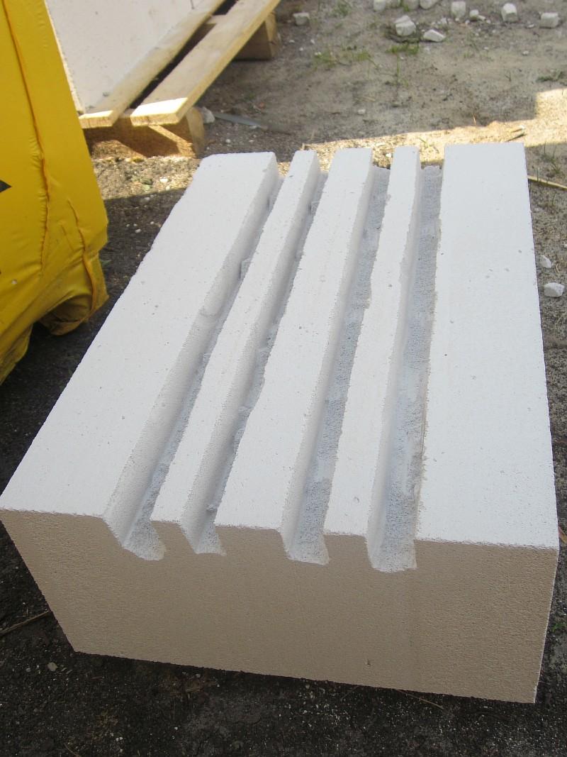 Газобетонный блок с штробами для укладки арматуры
