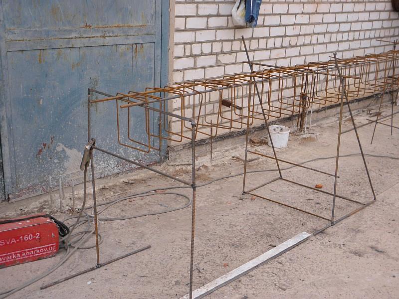 Установлены верхние стержни каркаса и на них навешены арматурные хомуты