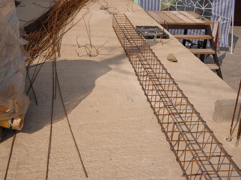 Готовый арматурный каркас вблизи места его монтажа