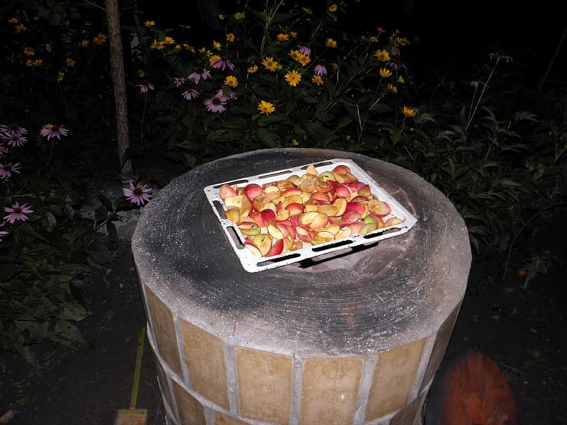 Используем нагретый тандыр, сушим яблоки