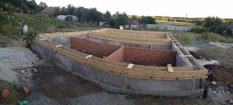 Подготовлена опалубка для бетонирования монолитной части цоколя дома
