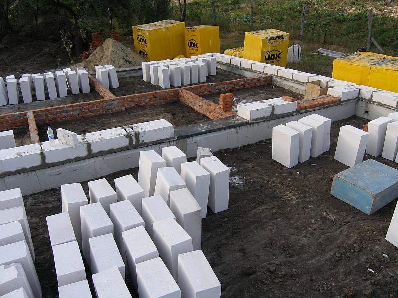 Выполнена горизонтальная изоляция стен и строители приступили к газобетонной кладке стен жилого дома