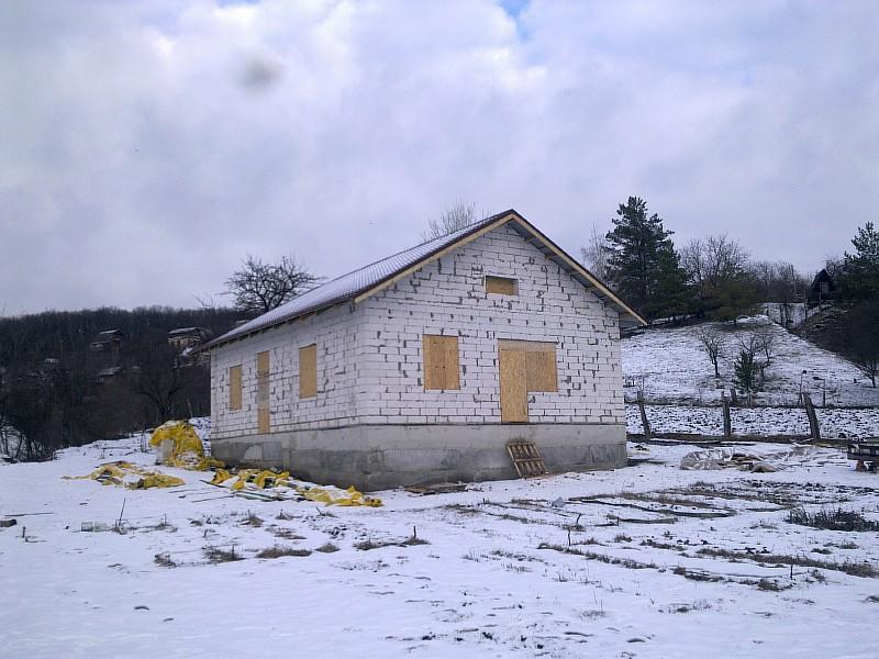 Коробка жилого дома «Бюджетный-1» полностью готова. Дом законсервирован на зиму. Весной намечено продолжение стройки