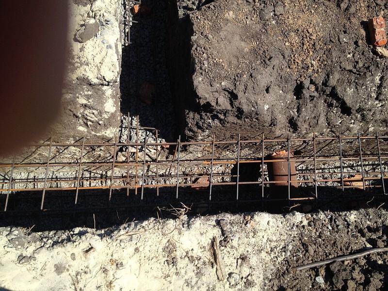 Перед заливкой установили гильзы для пропуска через фундаментные ленты водонесущих коммуникаций