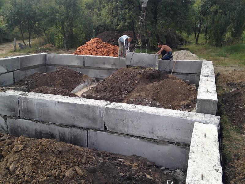 Монтаж фундаментных бетонных блоков марки ФБС