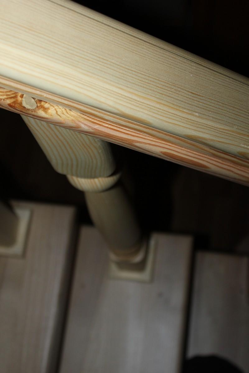 Перила лестницы из сосны