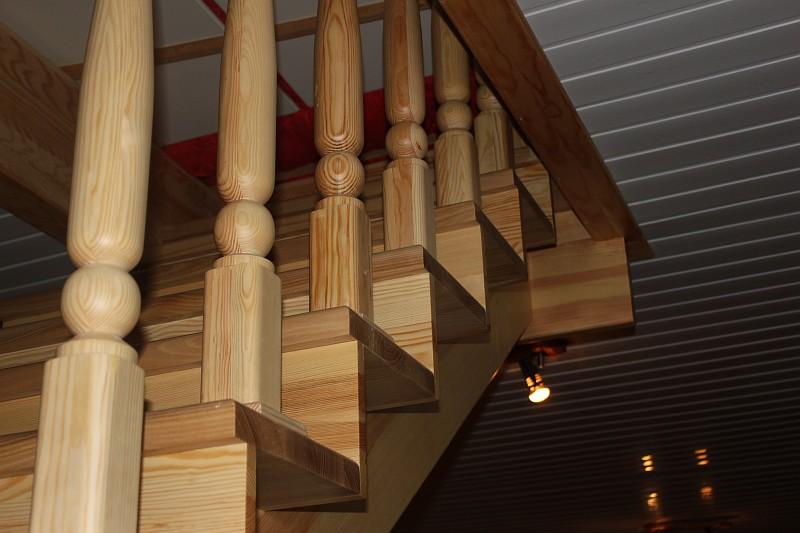 Сосновые лестницы для домов и дач в Харькове