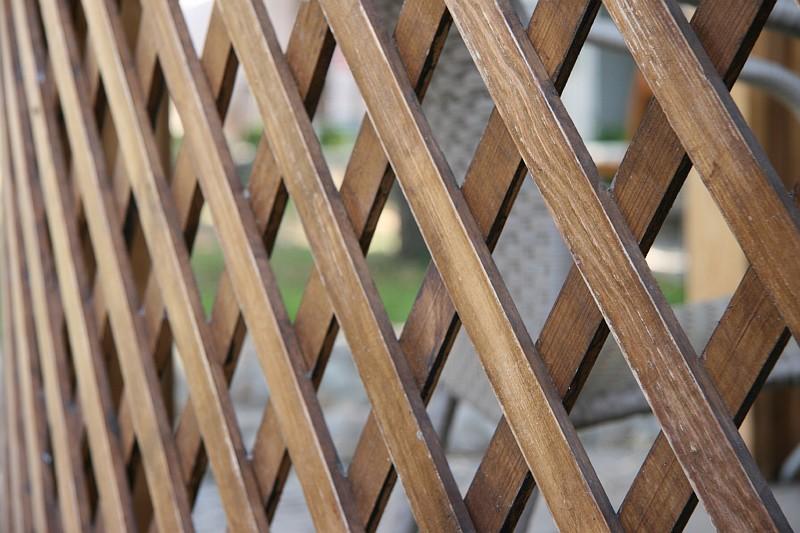 Ажурное деревянное заполнение перильного ограждения беседки