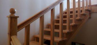 Фотоотчет: трехмаршевая лестница из сосны для дачного дома