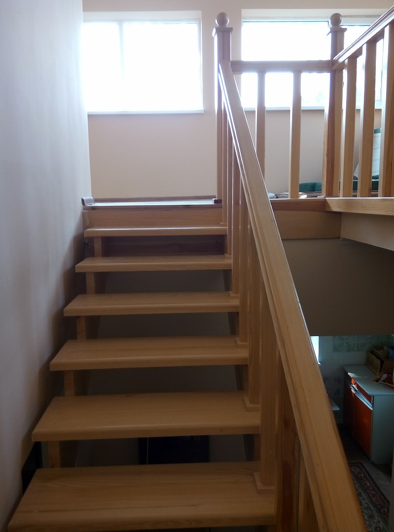 Очень красиво получается, когда деревянная лестница направлена к окну
