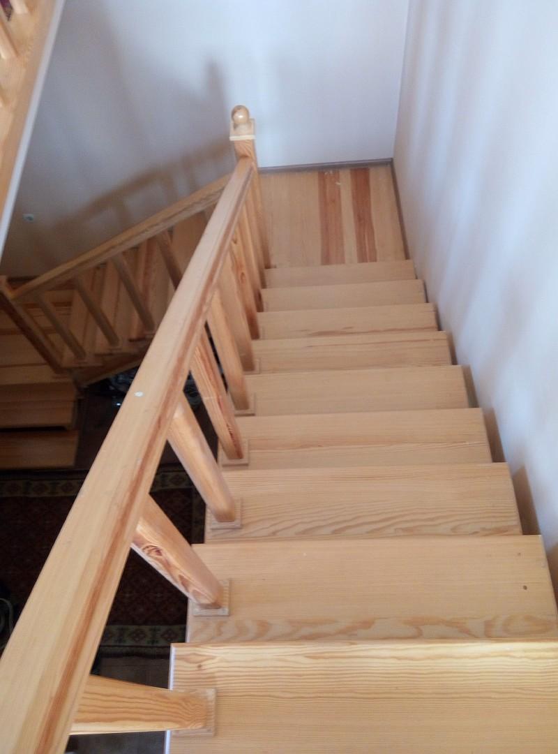 Деревянная лестница готова (фото сделано после 3-х лет эксплуатации)