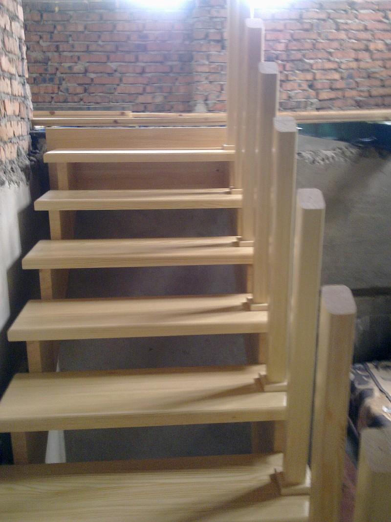 Верхний марш деревянной лестницы без подступенков
