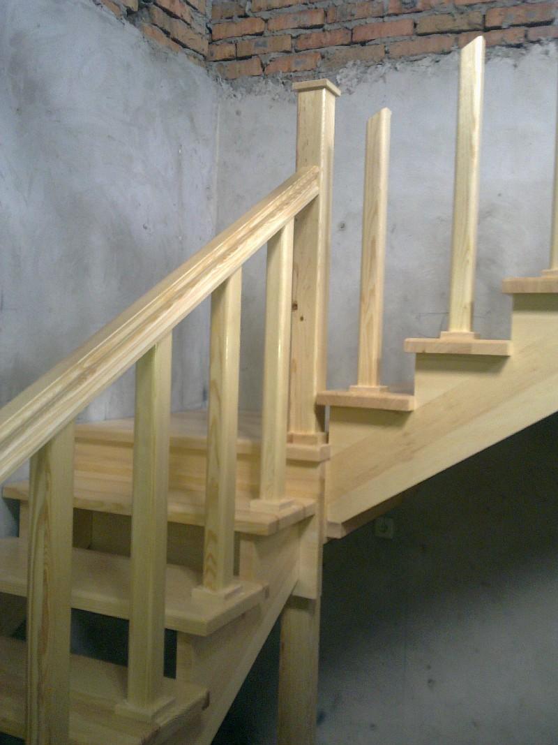 Крепление деревянных косоуров к конструкциям верхней переходной площадки