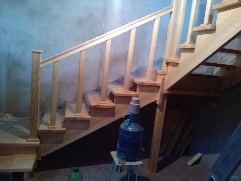 После монтажа деревянную лестницу укрыли полиэтиленовой пленкой для защиты от механических повреждений и запыления