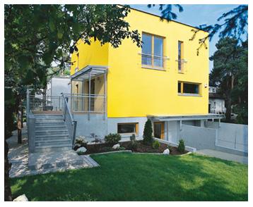 Насыщенный желтый цвет фасада в сочетании с цокольным этажом выполненного серым цветом