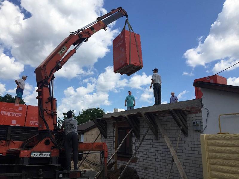Выгрузка газобетонных блоков на паллетах на междуэтажные перекрытие дома