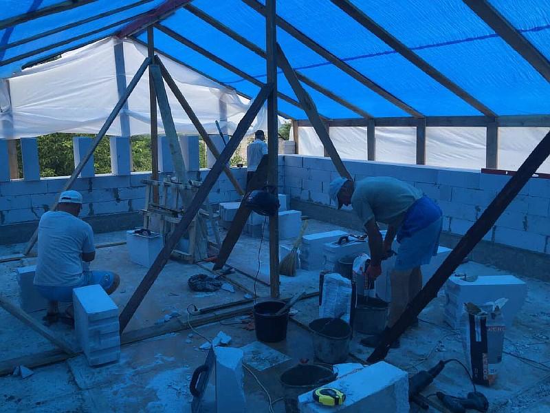 Работы по кладке газобетонных блоков выполнялись под временным навесом